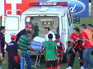 Roger do oeste recebe atendimento médico (Foto: Reprodução/TV TEM)
