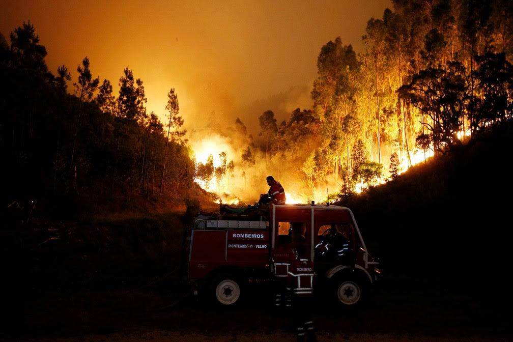 Bombeiros combatem incêndio na região central de Portugal, neste domingo (18) (Foto: Rafael Marchante/Reuters)