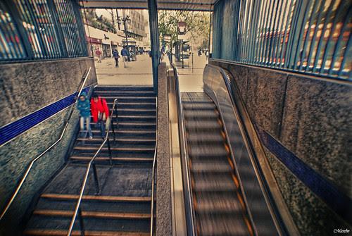 A la bajada del metro by Alejandro Bonilla