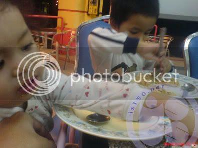 Photobucket - Pica n Nuqman makan roti canai