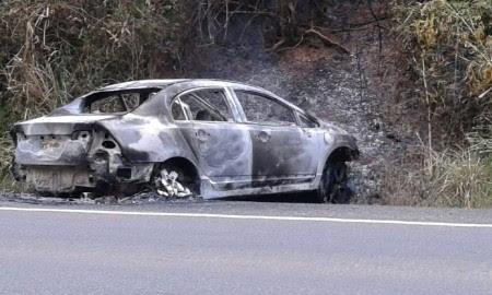 Honda Civic foi encontrada totalmente destruído pelo fogo (Foto: Ubatã Notícias)
