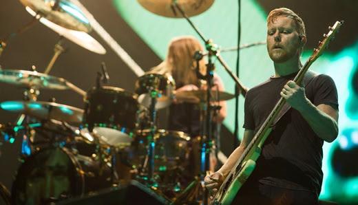 O discreto baixista Nate Mendel, junto com Taylor Hawkins: cozinha certeira para a guitarra brilhar