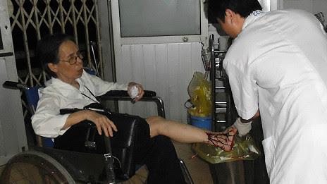 Bà Lê Hiền Đức đang được chăm sóc