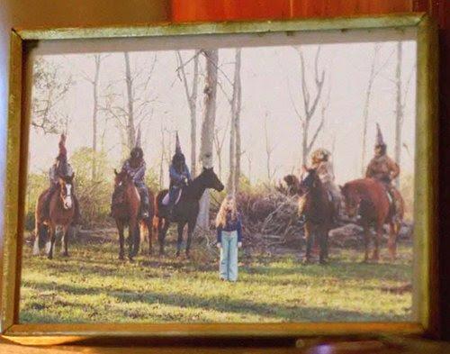 Ao visitar a casa de uma mulher cuja filha desapareceu misteriosamente, Cohle percebe um retrato emoldurado de um jovem cercado por cinco homens mascarados.
