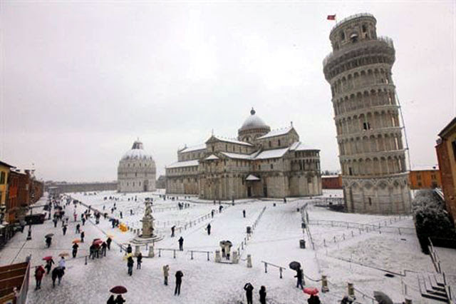 Hujan salju di eropa menutupi sejumlah bangunan Jika Menara Pisa Tertutup Salju