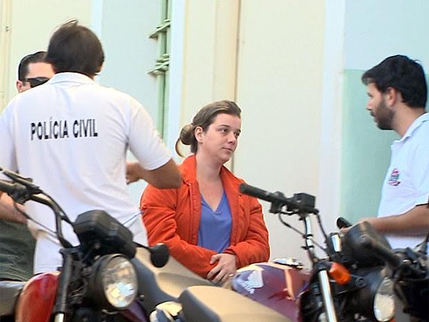 Natália Longo, mãe de Joaquim, foi levada de Franca (SP) para Ribeirão, onde prestará depoimento (Foto: Paulo Souza/EPTV)