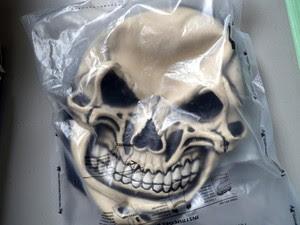 Máscara usada por jovem durante brincadeira em padaria de Piracicaba (Foto: Fernanda Zanetti/G1)