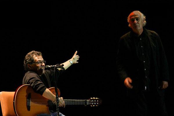 Alejandro Filio invita a cantar «Sense la lluna» a Joan Issac en el IV Encuentro Internacional de Canción de Autor 2011 celebrado en Quito (Ecuador) el pasado mes de octubre.