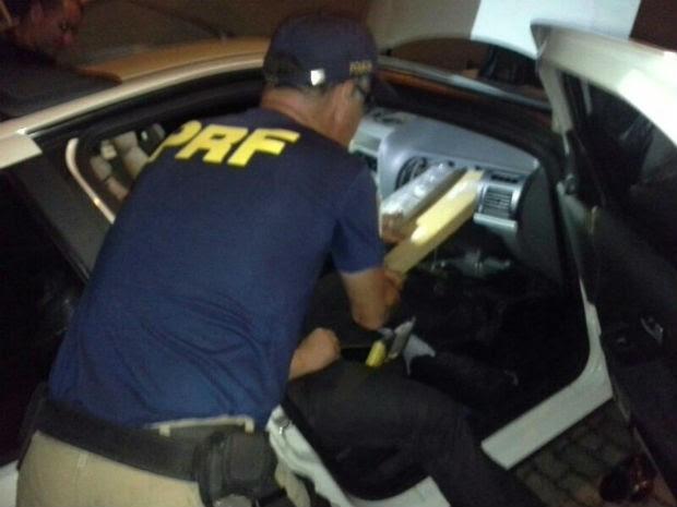 Droga foi encontrada escondidda na lataria do veículo, atrás do porta-luvas e no painel (Foto: Divulgação/PRF)