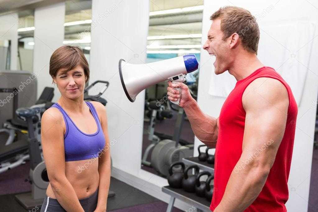 Resultado de imagem para personal trainer a gritar ao megafone