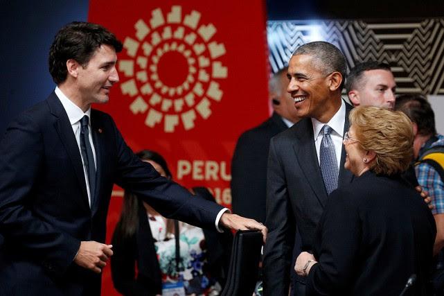 Le premier ministre Justin Trudeau discute avec le... (REUTERS)