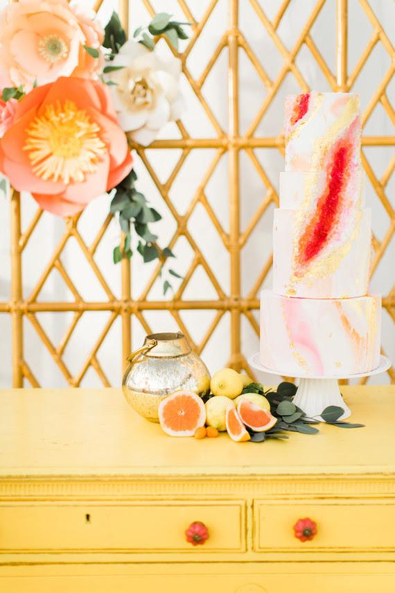 Die Hochzeitstorte war pink und gold, mit einem trendigen touch-geode