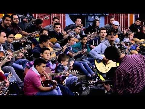 70 Gitarristen spielen Song von Toshe