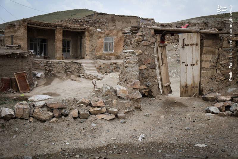 خانه های گلِی بدون هیچ تجهیزات اولیه زندگی مانند: تلویزیون،تلفن،گاز، آب و...