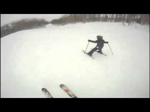 video que muestra como un niño se escapa esquiando de sus padres