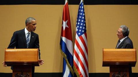 El presidente de Cuba Raúl Castro (d) y el presidente de Estados Unidos Barack Obama (d) participan hoy, lunes 21 de marzo de 2016, de una rueda de prensa en el Palacio de la Revolución en La Habana (Cuba). EFE/ALEJANDRO ERNESTO