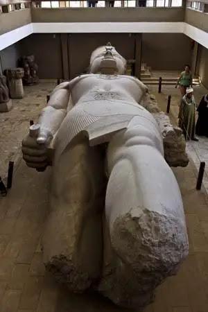 Statua Ramses II a Memphis