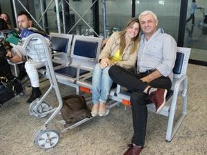 Casal aguarda voo no Aeroporto Eduardo Gomes; pouso forçado atrasou decolagens no local (Foto: Camila Henriques/G1 AM)