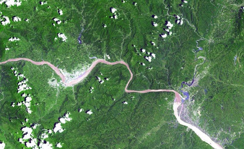 三峽庫區的地理位置(三峽水電站為左側,葛洲壩在右側)(維基百科公有領域)