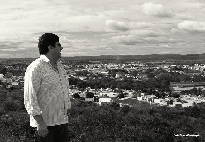 Samuel olha local das novas avenidas no Crato