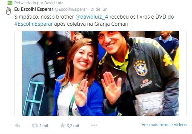 """David Luiz repassou no Twitter foto em que aparece fazendo o gesto do """"Escolhi Esperar"""" ao lado de adepta da campanha (Foto: Reprodução/Twitter)"""