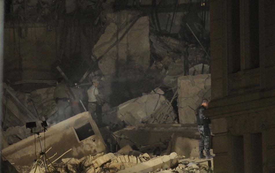 O leitor Deive Coutinho, que mora perto do local do desabamento dos dois prédios no Centro do Rio de Janeiro na noite desta quarta-feira (25), registrou o trabalho dos policiais e dos bombeiros na remoção de escombros.