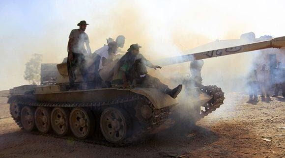 Rebeldes prueban un tanque en un puesto de control al norte del bastión de Gadafi en Bani Walid el 21 de septiembre de 2011. Foto: Reuters/ Zohra Bensemra