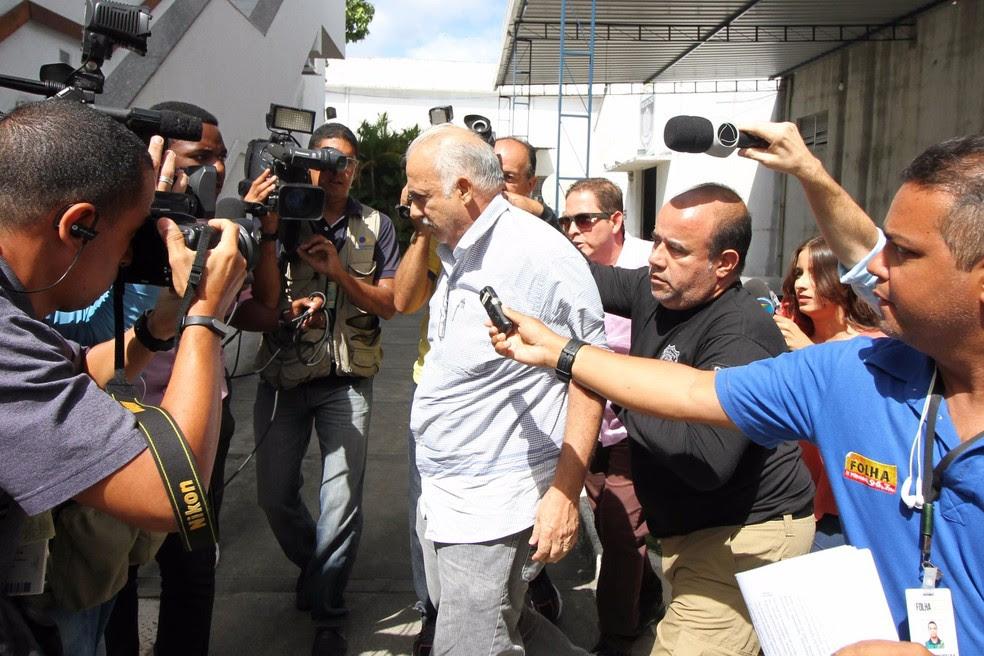 Prefeito de Ribeirão, Romeu Jacobina foi levado para o Depatri, na Zona Oeste do Recife, nesta quinta-feira (1º) (Foto: Aldo Carneiro/Pernambuco Press)