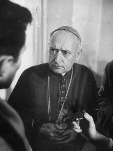 Herói da resistência anticomunista, o Cardeal József Mindszenty (1892–1975), foi Arcebispo-Príncipe de Esztergom e Primaz da Hungria. Preso pelo regime comunista e cruelmente torturado, resistiu corajosamente. Na foto, em 1956, o Cardeal libertado do cárcere durante o levante popular anticomunista.