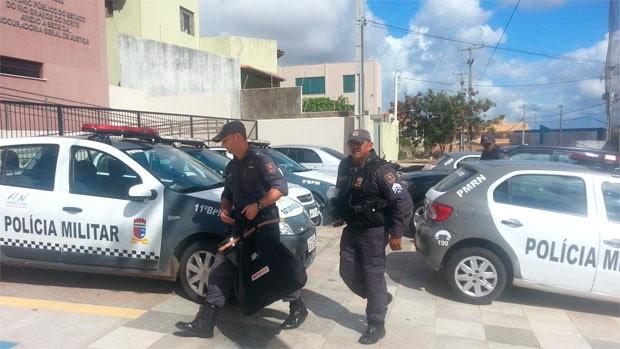 Policiais militares também apreenderam documentos em Natal (Foto: Jorge Talmon/G1)