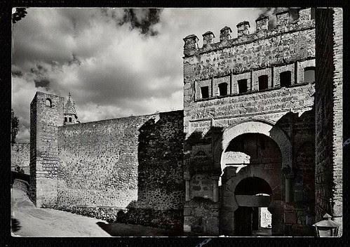 Puerta vieja de Bisagra o de Alfonso VI (Toledo) tras su restauración. Años 60. Foto Alfonso