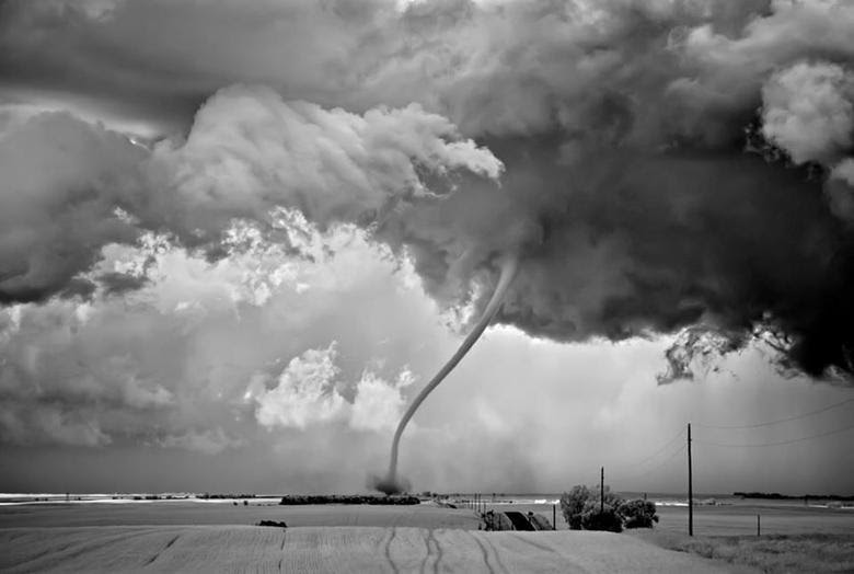 Ele diz que a experiência pode ser sinistra, já que um tornado pode atingir até 1802 km por hora!