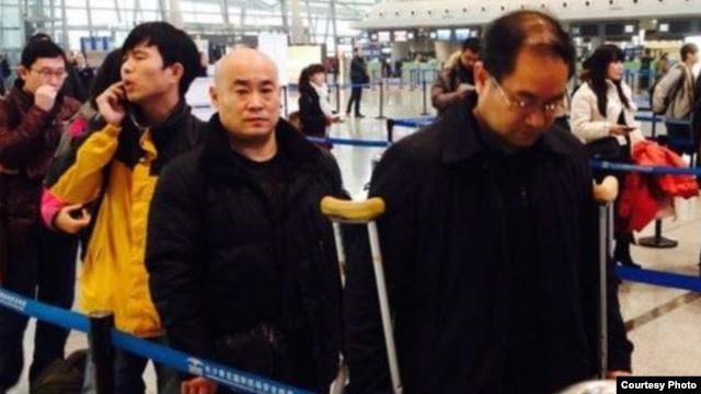 发布在网络上的断腿局长周旺炎架拐杖进京上访的照片