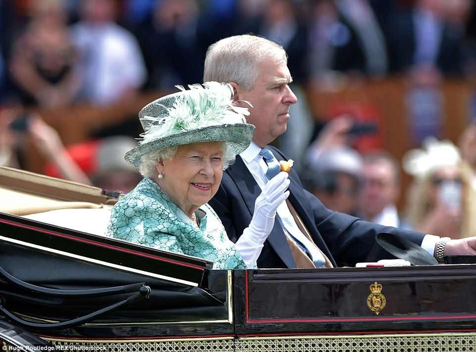 A rainha foi vista acenando para multidões de admiradores no último dia das corridas da Ascot, enquanto fãs reais tiravam fotos dela em seus telefones.
