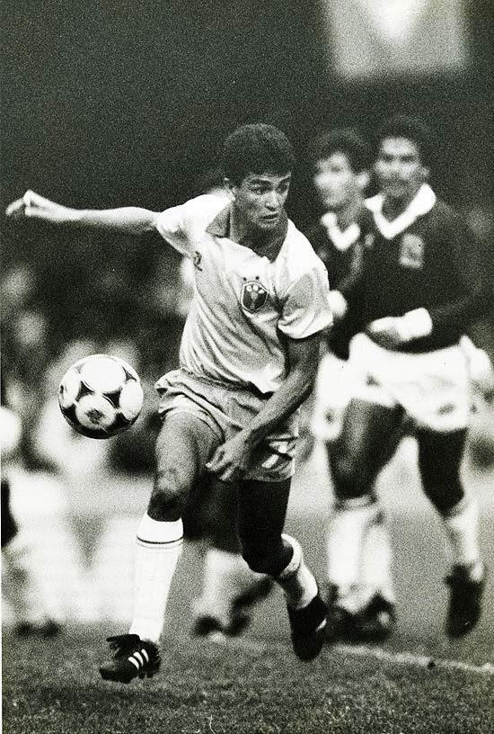 Bebeto, em jogo das Eliminatórias, com o uniforme que o Brasil usou na Copa de 1990