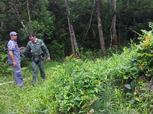 Equipes fazem buscas em local onde helicóptero caiu em Bertioga, SP (Foto: Cassio Lyra/G1)