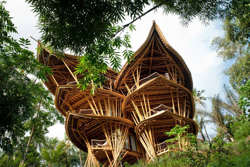 Deixou uma carreira bem sucedida para construir casas sustentáveis de bambú em Bali 01