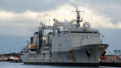 Le « Somme », pétrolier ravitailleur de la Marine nationale, a fait escale au quai Freycinet 8. Photo Marc Demeure.
