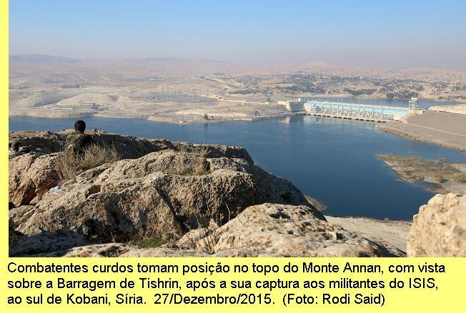 Combatentes curdos tomam        posição no topo do Monte Annan, com        vista panorâmica da Barragem Tishrin, após a sua captura aos        militantes do ISIS, ao sul de Kobani, Síria. 27/Dezembro/2015. (Foto:        Rodi Said)