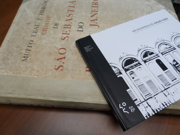 O livro que Marcelo Calero vai reeditar tem a lombada preta com a logomarca do Rio 450 anos (Foto: Lilian Quaino/G1)