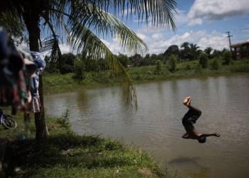 Las tribus indígenas de Brasilia reclaman sus tierras con arcos y flechas