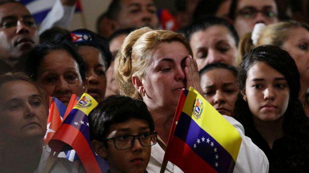 委內瑞拉加拉加斯官方悼念卡斯特羅儀式上一名女士掩面拭淚(26/11/2016)