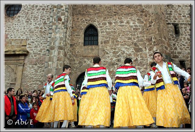 1 Danza en la plaza de la iglesia