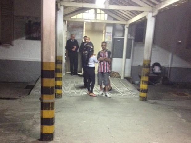 Três seguranças escoltam a porta de entrada do pronto-socorro do Jaçanã  (Foto: Lívia Machado/G1)