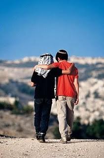 ISRAEL- ninios arabe y judio abrazados
