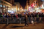 Tôt vendredi matin, des spectateurs patientaient en ligne... (Photo John Minchillo, AP) - image 3.0
