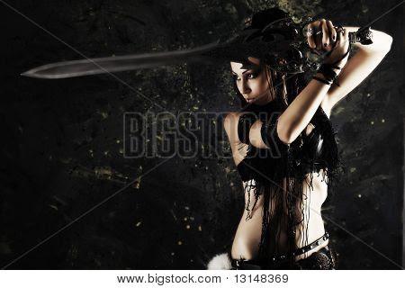 Lutador feminino bonito com uma espada em suas mãos.