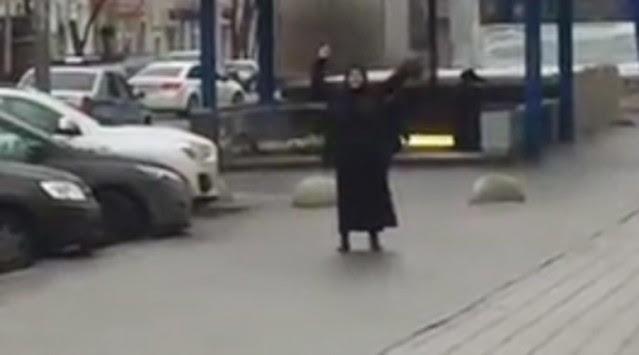 Φρίκη! Κρατούσε το κομμένο κεφάλι παιδιού και φώναζε `Allahu Akbar` (ΒΙΝΤΕΟ, ΣΚΛΗΡΕΣ ΕΙΚΟΝΕΣ)