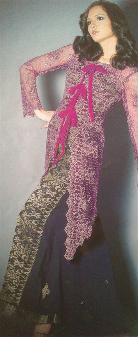 kebaya renda rona ungu digandingkan bersama songket hitam