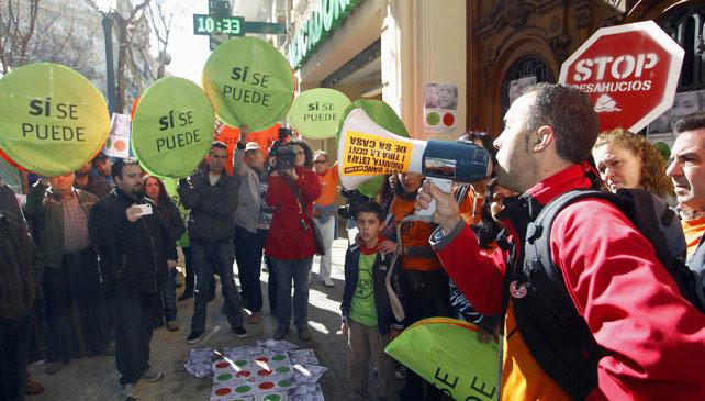Miembros de la PAH realizan una escrache a la diputada del PP por Valencia Belén Yuste.- Reuters